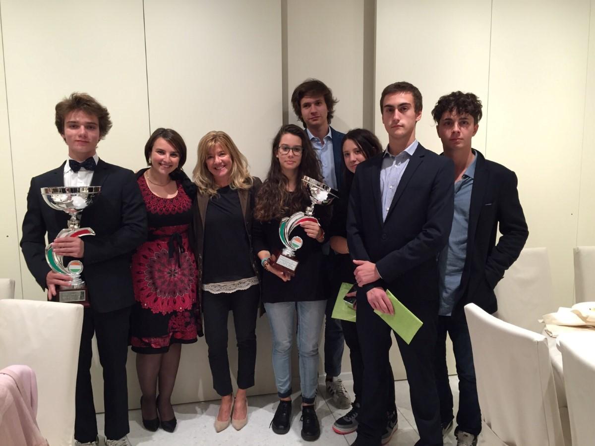 La Preside dell'Istituto Nievo con i partecipanti al concorso